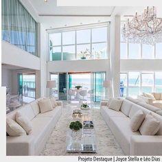 Leveza e transparência nesta sala onde o branco predomina e o único ponto de cor é o azul do mar. Ad Pinterest/ arqdecoracao @arquiteturadecoracao @acstudio.arquitetura #arquiteturadecoracao #olioliteam #instagrambrasil #decor #arquitetura #sala #adsala #clean #branco