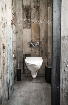 Rustic Small Bathroom With Wood Decor Design that will Inspire You – Home Decor Ideas Wooden Bathroom, Industrial Bathroom, Rustic Bathrooms, Small Bathroom, Modern Bathrooms, Bathroom Toilets, Vintage Industrial, Industrial Style, Bathroom Ideas