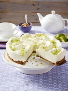 Hugo-Torte: Sommerkuchen mit Schwips If you like Hugo, you will love this Hugo cake. A crunchy bottom and a fine cream, refined with elderflowers and prosecco – the summer recipe. Summer Cakes, Summer Desserts, Sweet Desserts, No Bake Desserts, Sweet Recipes, Food Cakes, Cupcake Cakes, Sweet Cakes, Cheesecake Recipes