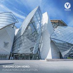 """Hoje é dia de visitar o Fondation Louis Vuitton, um centro de arte localizado em Paris, apelidado de """"Asas de Vidro"""".  O espaço dedicado à arte contemporânea possui 11,7 mil metros quadrados. Para a construção foram utilizadas grandes lâminas de vidro em formato de velas, compostas por 3,600 placas de vidro refletivo.   O vidro em contato com a luz externa cria um efeito magnífico! ✨     #viminasvidros #decoração #vidros #arquitetura #designdeinteriores #turismocomvidro #decor #decoracao… Opera House, Louis Vuitton, Building, Glass Plaques, Square Meter, Contemporary Art, Lights, Arquitetura, Art Centers"""