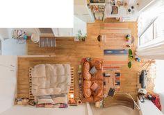 「リゾートのすてきな女主人」の部屋|ひとり暮らし 一人暮らし 間取り ソファ 無垢材 リビング ナチュラル リノベーション 賃貸 ベッド くらし 部屋 内装 暮らし マイルーム 日々 住まい 賃貸インテリア 暮らしを楽しむ 緑 グリーン チェア Home | goodroom journal Small Apartment Interior, Studio Apartment Decorating, Apartment Design, Interior Design Living Room, Studio Apartment Layout, Studio Apartments, Deco Studio, Aesthetic Rooms, House Layouts