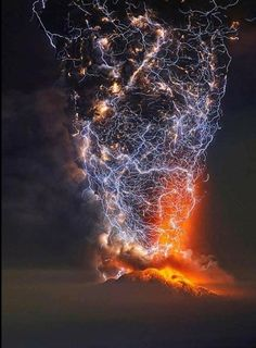 Long exposure shot of lightning over a volcano in Chile by Francis Negroni Carina Nebula, Volcano Drawing, Volcano Lightning, Lightning Storms, Big Ben, Chili, Lightning Photos, Erupting Volcano, Hawaii Volcano