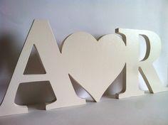 Letras de madera iniciales con corazón personalizado de Planetasierra en Etsy https://www.etsy.com/es/listing/230923447/letras-de-madera-iniciales-con-corazon