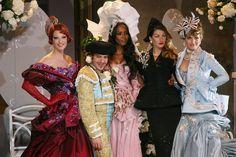 Gisele Bündchen, Linda Evangelista, Naomi Campbell, Helena Christensen et John Galliano clôturent le défilé Christian Dior haute couture automne-hiver 2007-2008 http://www.vogue.fr/mode/cover-girls/diaporama/gisele-buendchen-en-40-looks/8300/image/530284#32