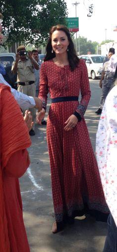 Le prince William et Kate Middleton ont rencontré des membres de l'association Salaam Baalak et des enfants bénéficiaires de l'action de l'organisme le 12 avril 2016 à New Delhi, au troisième jour de leur visite officielle en Inde. Robe : Glamorous