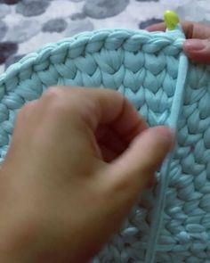 Kızlar kenar çıkmadan önce düz olan kısmı arkaya alıyoruz o şekilde işliyoruz  Bir sonra ki video da görüceksiniz kenar yapımını geliyor şimdi  #video #anlatım #instagram #follow #peyeip #penyesepet #turkuaz #blue #handmade #design #knittingyarn #tshirtyarn #knittinglove #crochet #crocheting #wool #loveknitting #woollove