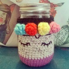 funda de frida frasco a crochet Crochet Birds, Crochet Cross, Knit Crochet, Crochet Chain Stitch, Patron Crochet, Crochet Coffee Cozy, Mug Cozy, Crochet Decoration, Crochet Accessories