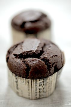 Flourless chocolate cupcakes - substitute rice malt syrup for fructose free from The Healthy Chef (Almond Flour Chocolate Muffins) Dairy Free Chocolate, Flourless Chocolate, Chocolate Muffins, Mini Chocolate Chips, Almond Chocolate, Healthy Chef, Healthy Baking, Healthy Milk, Gluten Free Baking