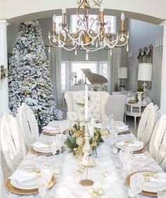 Beautiful Christmas decoration via unknown Decorations Christmas, Christmas Tablescapes, Holiday Decor, Holiday Tablescape, Holiday Ideas, Gold Christmas, Beautiful Christmas, Christmas Home, Christmas Dining Table