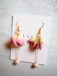 グラデーションカラーの紫陽花の花びらとコットンパールを掛け合わせたピアスゆらゆらと揺れるフェミニンなイヤリングチェーンからコットンパールまでの長さ 約4.5c...|ハンドメイド、手作り、手仕事品の通販・販売・購入ならCreema。
