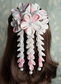 Stunningly beautiful kanzashi hair ornament. The craftsmanship is simply breathtaking!