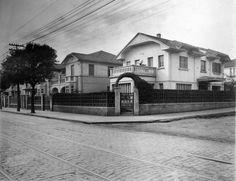 Casas na rua Domingos de Moraes (cinco) que existiam nos anos 1920 e eram de propriedade da família Ribeiro, ocupando toda a frente do quarteirão entre as ruas Dona Júlia e rua São Pedro (atual Lins de Vasconcellos). A rua à direita é a São Pedro, ainda não calçada na época. Acervo Ubirajara Ribeiro Martinsde Souza