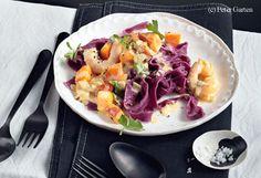 Für den Nudelteig die Rüben putzen, fein raspeln, in ein Küchentuch geben und den Saft in eine Schüssel ausdrücken. Eigelbe und 1 EL Öl zugeben, verrühren und mit dem Mehl zu einem glatten Teig verkneten. Teig in Klarsichtfolie wickeln und 1 Stunde im... Cobb Salad, Cabbage, Pizza, Eggs, Vegetables, Breakfast, Food, Juice, Noodles