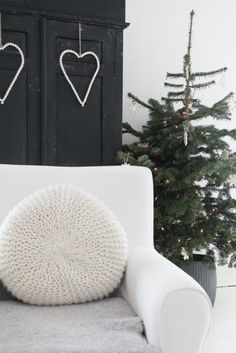 Check Out 60 Amazing Scandinavian Christmas Decorating Ideas. Scandinavian style is amazing for Christmas decor as Scandinavian people know well what a real winter is. Hygge Christmas, Noel Christmas, Winter Christmas, Christmas Hearts, Black Christmas, Homemade Christmas, Simple Christmas, Christmas Ideas, Scandinavian Holidays