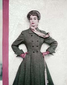 Model Jean Patchett wearing a tweed winter coat from the Paris Collections Vogue Sept 1951 © Horst P. Vintage Fashion 1950s, Mode Vintage, Retro Fashion, Vintage Vogue, Vintage Glamour, Vintage Style, Fifties Style, 1940s Style, Vintage Beauty