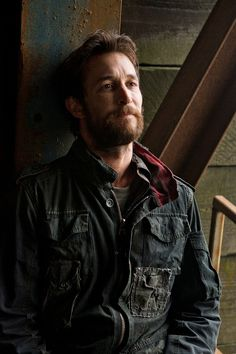 Noah Wyle - Falling Skies Hooooooooooaahaaahaaaaaat  @  what is it about a guy who is a father but yet looks like he's still in his 20's and is very much still in the game?  wow.  just ....ah.wow.