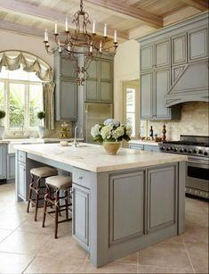 Про дизайн кухни на примере фото необычных классических кухонь с островом.