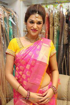 https://www.facebook.com/ragalahari/photos/np.117601845.100000944519146/978200832205801/?type=1