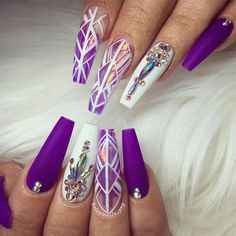 Purple and white nails. Uñas acrilicas en forma squoval color morado y blanco y piedras