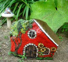 Ищите идеи простых поделок для сада своими руками? Мы поможем вам создать настоящие сокровища для вашего сада из того, что лежит прямо у вас под ногами. 10 веселых ярких домика из камня смогут украсить любой сад. Для создания такого домика нам нужен камень, и не имеет значения будет ли этот камень красиво округлым или с