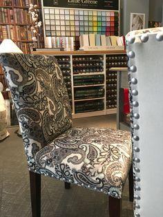 Silla realizada a medida para un cliente con estampado de Guell Lamadrid y tachuelas en plata. Realizamos cualquier tipo de mobiliario tapizado a medida y servimos en toda España, pide presupuesto sin compromiso.