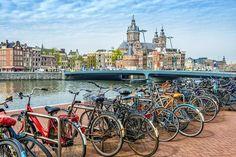 Bicicletas frente a uno de los canales de Amsterdam