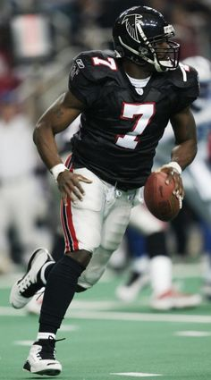 Michael Vick is my favorite nfl player of all time. Falcons Football, Nfl Football Players, Raiders Football, College Football Teams, Football And Basketball, Football Pics, Cool Football Pictures, Giants Players, Alabama Football