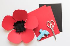 DIY Paper Poppy Backdrop - The house that Lars built - Paper Flowers 🌸 Diy Backdrop, Paper Flower Backdrop, Paper Flowers Diy, Flower Crafts, Backdrops, Diy Craft Projects, Crafts For Kids, Diy Crafts, Craft Ideas