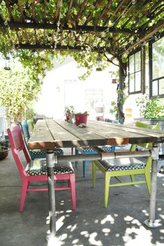 This is a website with lots of DIY tutorials (table and chairs on the picture) I like the patio/pergola with the vines because it reminds of vacationing in Greece. Patio Table, Outdoor Tables, Outdoor Spaces, Outdoor Decor, Garden Table, Deck With Pergola, Diy Pergola, Pergola Kits, Cheap Pergola