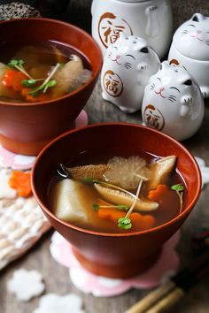 Ozoni - Japanese New Year Mochi Soup お雑煮 - Pickled Plum Food And Drinks Soup Recipes, Cooking Recipes, Drink Recipes, Japanese New Year Food, Japanese Dishes, Japanese Recipes, Cheap Clean Eating, Clean Eating Snacks, Gastronomia