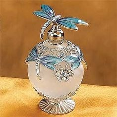 Dragonfly Jeweled Perfume Bottle _ A gorgeous Jeweled perfume bottle that can decorate your room and add even more style. The craftsmanship and design of this perfume bottle is beyond superb. Antique Perfume Bottles, Vintage Bottles, Blue Perfume, Perfumes Vintage, Beautiful Perfume, Bottle Art, Glass Bottles, Miniature, Blue Dragonfly