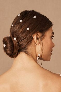 For a subtle yet captivating finishing touch, scatter these pearl pins throughout your tresses. Whether you stick to one for an understated look or throw them all in, they're sure to stun. Ponytail Hairstyles, Cute Hairstyles, Wedding Hairstyles, Royal Hairstyles, Everyday Hairstyles, Weave Hairstyles, Balayage Brunette, Balayage Hair, Wedding Accessories For Bride