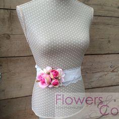 Nieuw in onze collectie zelf ontworpen bloemenband /lint voor om je bruidsjurk. Uiteraard in meerdere kleuren en bloemcombinaties te bestellen.