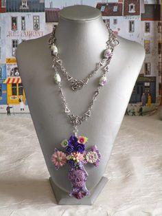 """Collier pendentif """"série de croix fleuries 36"""" de la boutique framboisefrancoise sur Etsy"""