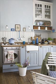 I love the little recessed cupboard and the wood panelled splash back, doubled as a shelf for some pretty nick-naks.