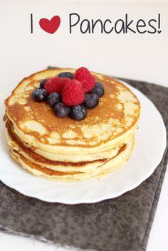 Se anche voi, almeno una volta nella vita, avete assaggiato i pancakes, converrete con me sul fatto che sono una vera goduria mattutina. Sono un piacere che mi concedo spessissimo il fine settimana durante quelle colazioni lente, in rilassatezza e con la musica in sottofondo. Immancabile l'abbinamento con lo sciroppo d'acero, magari tiepido, e con tanta frutta fresca: tra la mia preferita mirtilli e lamponi. Negli Stati Uniti insieme ai french toast erano la colazione di tutti i gio...