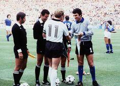 Copa de 1982 - Capitães de Alemanha Ocidental e Itália, Rumenigge e Dino Zoff se cumprimentam antes da final da Copa de 1982