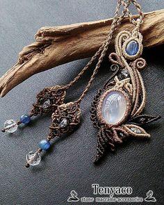 Tenyacoです~ 今日は柔らかなブルーシラーの美しいホワイトラブラドライトと穏やかな藍色のカイヤナイトを編み込んだマクラメペンダントをご紹介。…