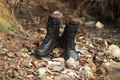 Kanady sú z nepremokavej kože v kombinácii so vzdušnou Cordurou.  http://www.armyoriginal.sk/1800/109856/policajne-kanady-arkada-cierne-artra.html