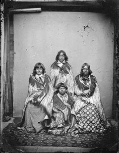 Maori women from Hawkes Bay Hawaiian Tribal Tattoos, Samoan Tribal Tattoos, Maori Tattoos, Maori People, Tribal People, Maori Symbols, Polynesian People, Anthropologie, Cross Tattoo For Men