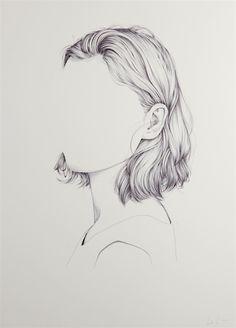 Filigran sind die Portraits der neuseeländischen Künstlerin Henrietta Harris. Mit feinen Linien zeichnet sie die Linien der Köpfe, die Haare und die Ohren. Doch etwas irritiert extrem: Harris lässt einfach die Gesichter weg. An ihrer Stelle prangt eine gro