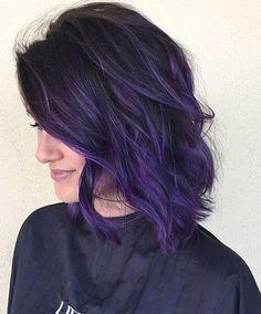 cabelo curto colorido roxo com raiz natural