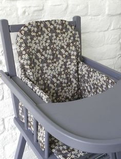 Demeure des Anges  Coussin de chaise haute en tissu Liberty Mitsi gris Liberty Art Fabrics, Liberty Print, Baby Sewing, Projects For Kids, Decoration, Baby Room, Chair, Diy, Furniture