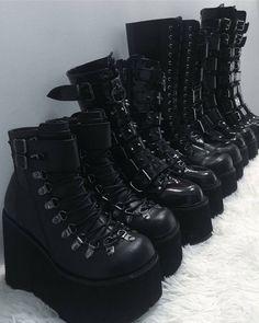 Three Comfortable and Fashionable Black Boots That I Couldn't Take off This Winter - Shoe Fashions Edgy Outfits, Mode Outfits, Grunge Outfits, Grunge Shoes, Indian Outfits, Fashion Outfits, Dark Fashion, Grunge Fashion, Gothic Fashion