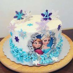 Pretty snowflake cake at a Frozen birthday party! Elsa Birthday Cake, Frozen Themed Birthday Cake, Frozen Theme Cake, Frozen Themed Birthday Party, Disney Frozen Birthday, Themed Cakes, Disney Frozen Cake, Birthday Parties, Frozen Party