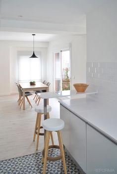 Comedor, Cocina estilo moderno color azul oscuro, marron, blanco diseñado por Cambra Estudio | Arquitecto | Copyright Cambra Estudio