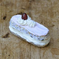 ECLAIR CRANBERRY — Ingredienten: 100% Plantaardig vet, raapzaad, lijnzaad, kanariezaad, Franse hennepzaad, milo, hele gepelde haver, maïsgrutten, tarwe, gierst, gebroken erwten, gerst, gemalen oesterschelpen, bloem en ongezoet groentesap. Lengte: 12 centimeter. Breedte: 5 centimeter: Hoogte: 5 centimeter. Decoratie kan per keer verschillen. Eclairs, Bird Feeders, Desserts, Bird Houses, Food, Birds, Tailgate Desserts, Deserts, Birdhouses