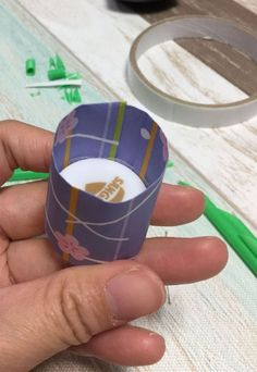 ②ペットボトルのフタに折り紙を巻きます