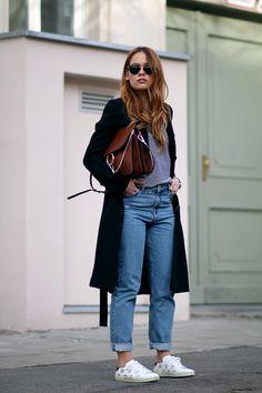 Hohe Taille, lockerer Sitz, zulaufendes Bein und knöchelfrei – das ist die Mom Jeans. Quasi eine Boyfriend Jeans mit hohem Bund und somit genau nach meinem Geschmack! Wer jedoch bei Männern Eindruck schaffen möchte, sollte die Mom Jeans zurück in die Schublade legen, zu den Culottes, Oversized-(Oma-)Cardigans und Maxiröcken, und lieber eine andere Hose tragen …