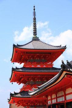 京都清水寺の見事な朱色の三重塔